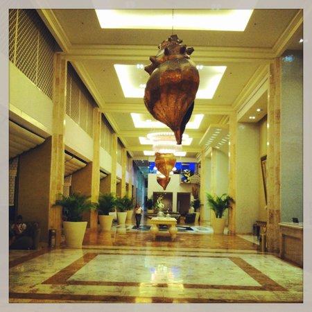 Iberostar Cancun: The lobby hallway