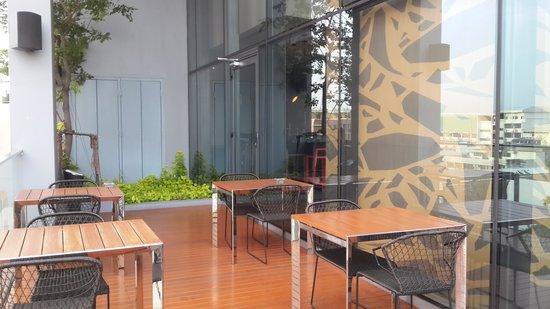 Holiday Inn Express Bangkok Siam: Breakfast Smoking area, outside the restaurant @ 7th floor