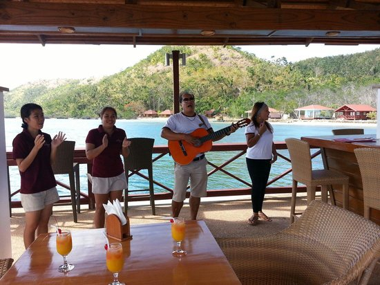 El Rio y Mar Resort : the staff are welcoming the group at the reef bar, the scene is really warming