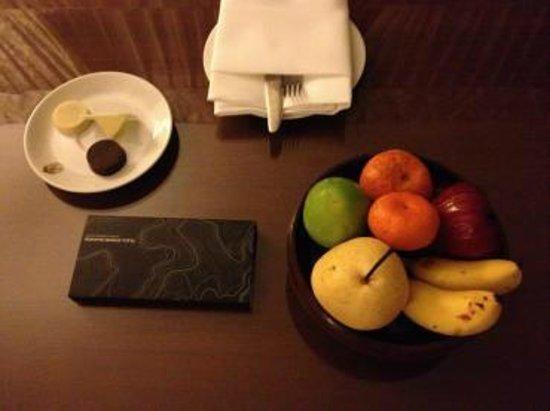 Plaza Athenee Bangkok, A Royal Meridien Hotel : ウェルカムフルーツとメリディアンらしいチョコレート