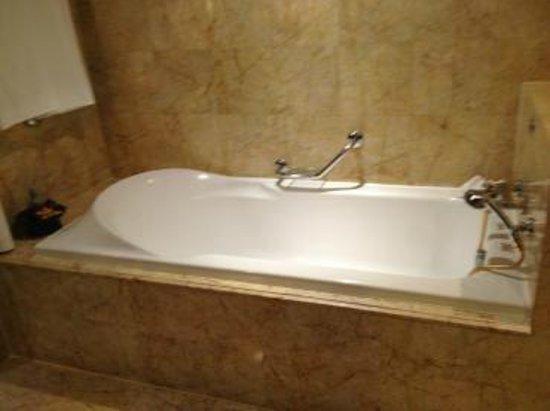 Plaza Athénée Bangkok, A Royal Méridien Hotel : 大理石調のバスルーム