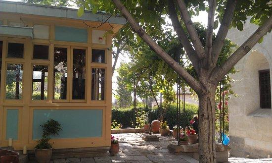 Gul Konaklari - Sinasos Rose Mansions: courtuard