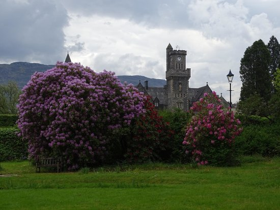 Highland Experience Tours : Castle close to Loch Ness