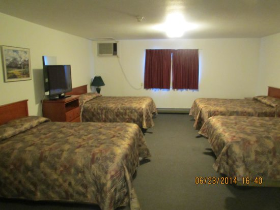 Lazy J Motel: four queen family room