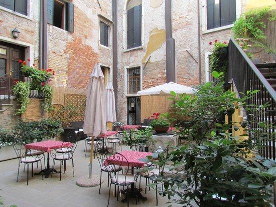 Locanda La Corte : courtyard of the hotel