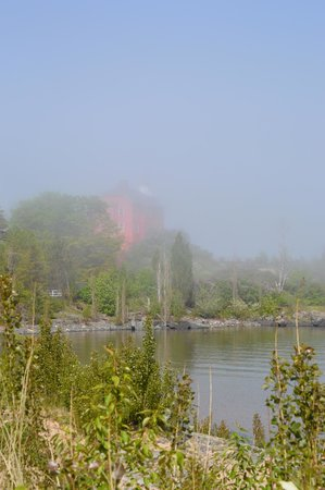 Marquette Maritime Museum: Marquette lighthouse on a foggy (but sunny) afternoon