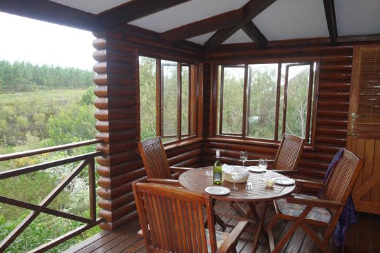 The Fernery Lodge & Chalets: Dinner on our porch!