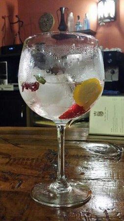 Casa Real Doña Urraca: Gintonic premium con fresa, cardamomo y corteza de naranja