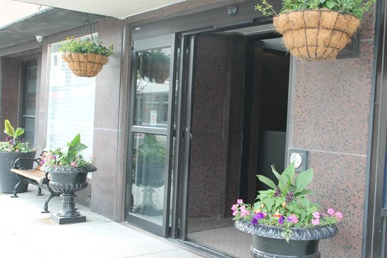 Hotel Versey - Days Inn Chicago: Front entrance has doorman