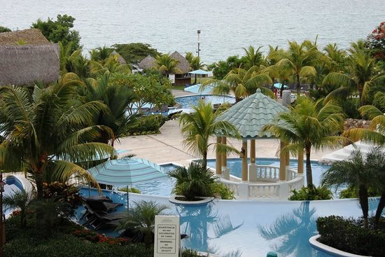 Sheraton Bijao Beach Resort : Beautiful view of the pools and the Pacific Ocean