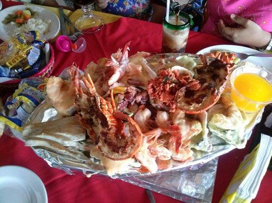 La Costa Marinera : Parrillada para dos. Camarones sarandeados, pulpo al ajillo, camarones gratinados, pescado a la