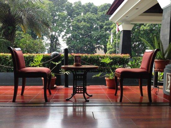 Arion Swiss-Belhotel Bandung: Cafe chairs at lobby