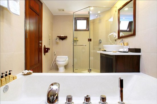 Palm Garden Beach Resort & Spa: Bathtub