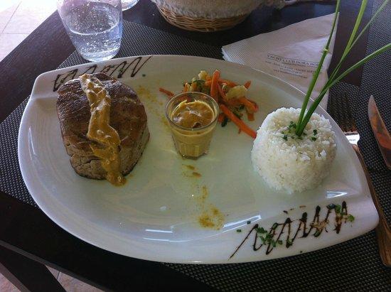 "Bora Bora Yacht Club : tuna ""mi cuit"" and rice with curry sauce"
