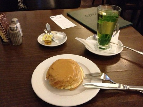 Ambiente Lokal: A dessert of a caramel filled pastry, and a mint tea.