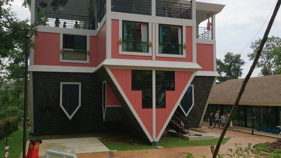 The UpsideDown House - Baan Teelanka: Baan Teelanka