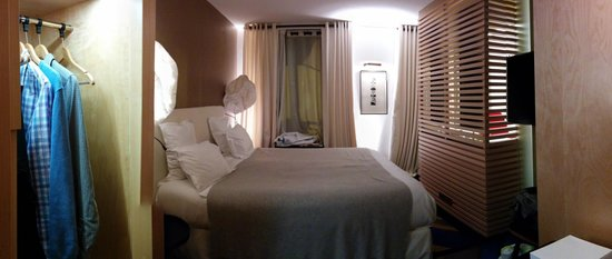 Hotel du Ministere: Deluxe Double Room, View from front door