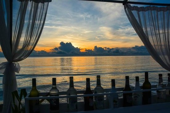 Impiana Resort Chaweng Noi: Die Floating Bar des Hotels Impiana Beach
