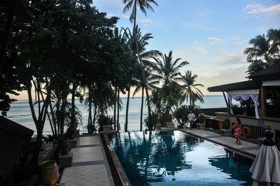 Impiana Resort Chaweng Noi: Poolbereich (abendliche Aufnahme)