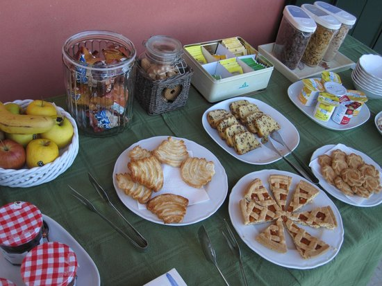 Agriturismo Il Pianetto: Breakfast selection... not exactly fresh