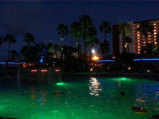 Isla Grand Beach Resort: Pool at night.