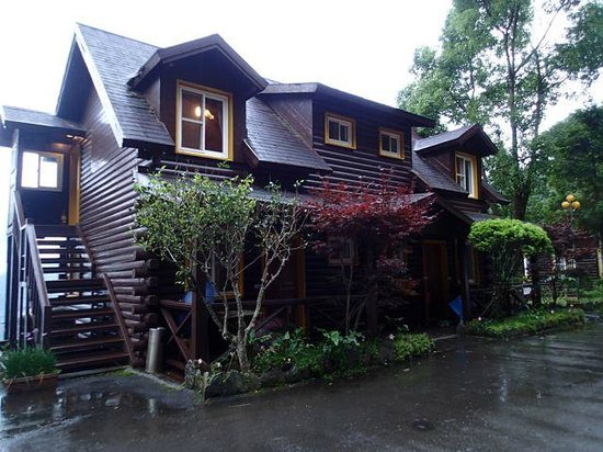Lala Shan 5.5K Farm Stay: Chalet looking accommodation