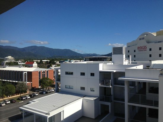 DoubleTree by Hilton Hotel Cairns : A view from the room - mountains (left)