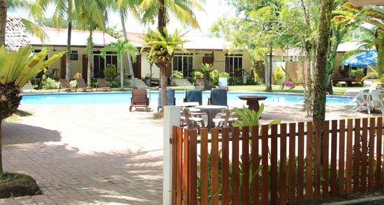 Langkah Syabas Beach Resort: Chalet swimming pool