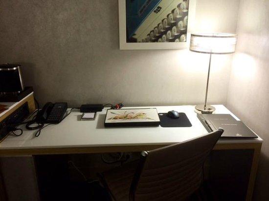 Hilton San Jose : Desk/work area