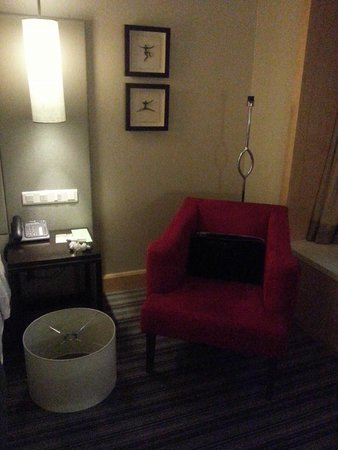 Carlton Hotel Singapore: Dismantled the lamp in front of you and dust fell on the sofa