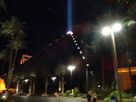 Luxor Hotel & Casino: Luxor di sera