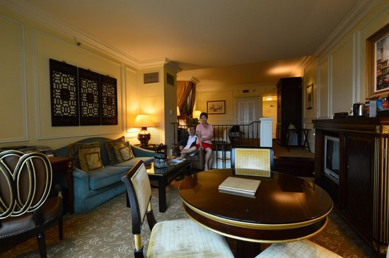 The Venetian Macao Resort Hotel: Very large suite that makes you feel at home