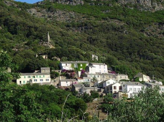 La Sassa : Vue sur le village d'en face depuis la terrasse..