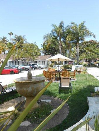 Marina Beach Motel: Outdoor green space