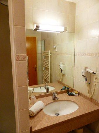 Hôtel-Restaurant de la Plage: salle de bains