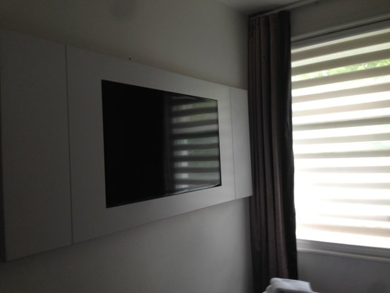Henley House Hotel: Tv in camera a muro