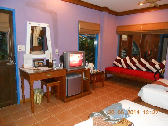 Lawana Resort: Room with seating area, fridge, TV