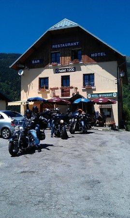 Chalet le 1200 : façade avant avec motards