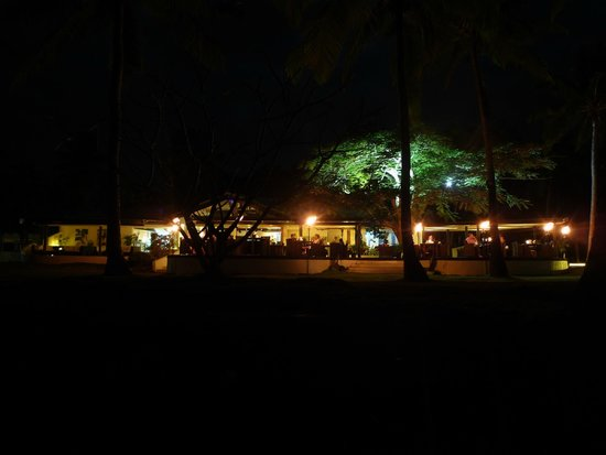 Lomani Island Resort: Restaurant at night