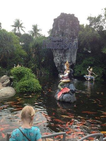 Phuket FantaSea: Fisker før inngangen