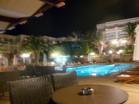 Crithoni's Paradise Hotel: The pool and pool bar at night
