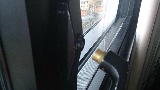 Novotel Genova City : poignée fenêtre de la chambre