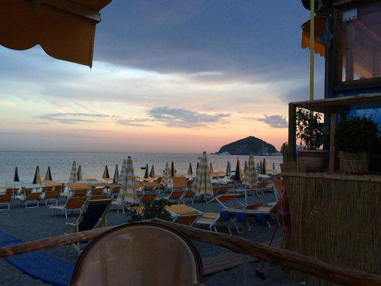 Hotel La Mandorla: tramonto dalla spiaggia dei Maronti - in fondo Sant' Angelo
