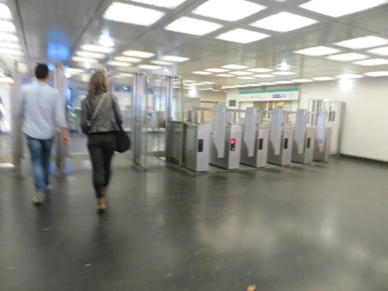 Appart'City Paris Clichy Mairie: La stazione di Mayrie de clichy