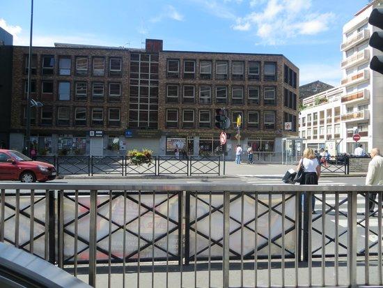 Appart'City Paris Clichy Mairie: Uscita della stazione mairie de clichy. Pochi passi piu avanti c'è l'albergo