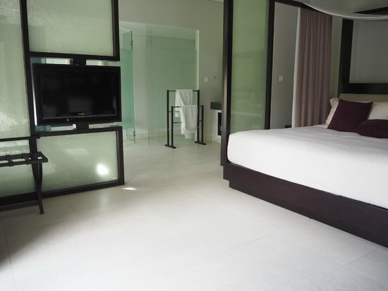Fusion Maia Da Nang : Spa villa main bedroom looking into bathroom.