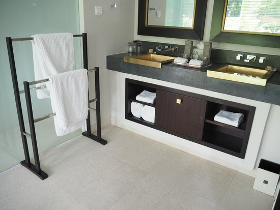Fusion Maia Da Nang: Plenty of room in the bathroom.
