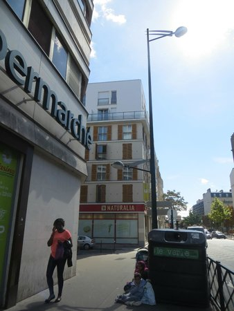 Appart'City Paris Clichy Mairie: qui dovete svoltare a sinistra e troverete l'albergo appena sulla destra