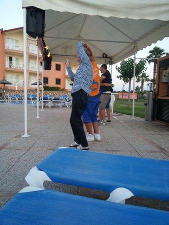 Apartamentos Roc Cala d'en Blanes Beach Club: Peppe e Cleandra facevano ballare le danze latino-americane