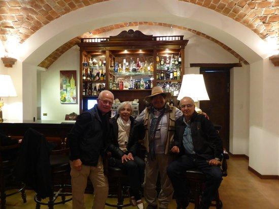 Parador Santa Maria la Real: Pisco au bar avec notre guide et le proprietaire